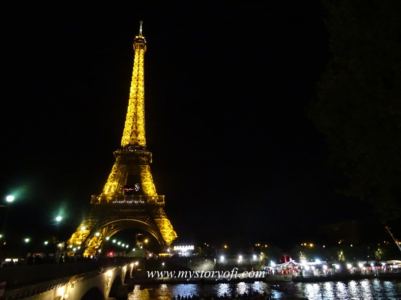 Eiffel Tower by night in a weekend in Paris